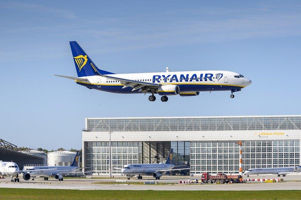 Ryanair flight landing (DirkDanielMann/Pixabay)
